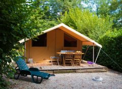 Un hébergement insolite (tente toilée) dans Le camping Les 3 Lacs à Belmont Tramonet