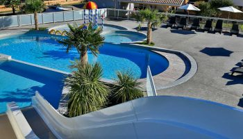 Le parc aquatique avec toboggans dans le camping Les Abberts à Arès