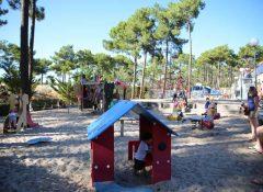 Aire de jeux pour enfants dans le camping Airotel Océan à Lacanau