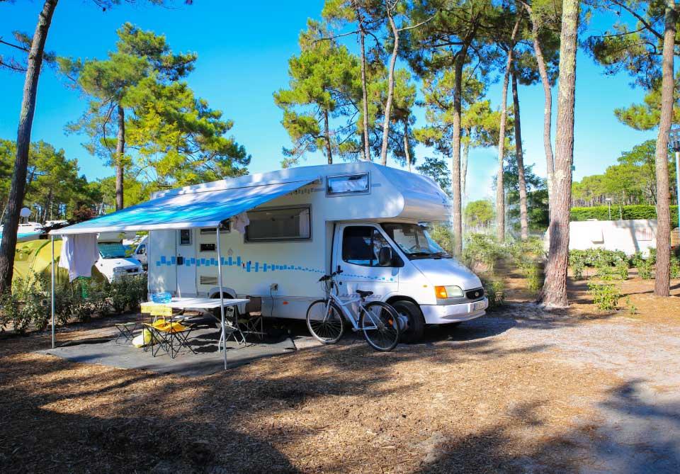 Un emplacement pour caravane dans le camping Océan à Lacanau
