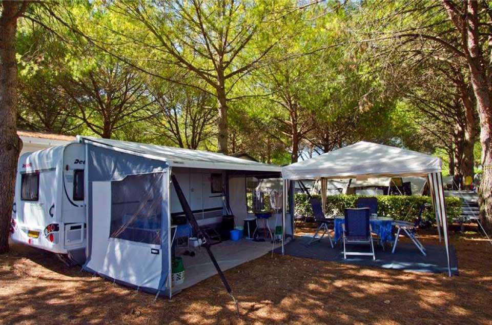 Un emplacement de camping pour tente dans le camping Bon Port à Lunel