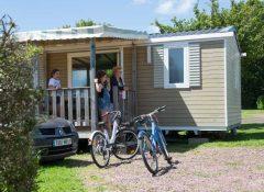 Un mobil home avec terrasse dans le camping l'Etang des Haizes à La Haye du Puits