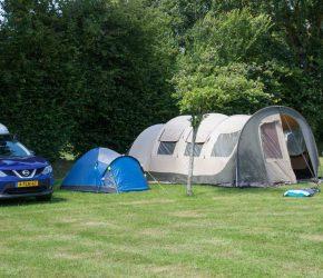 Un emplacement de camping pour tente dans le camping l'Etang des Haizes à La Haye du Puits