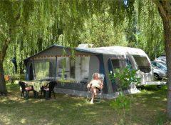 Un emplacement pour tentes dans le camping Les Catalpas à Fumel