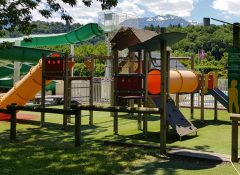 L'aire de jeux pour enfants dans le camping La Chataigneraie à agos Vidalos