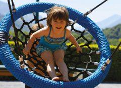 Les jeux pour enfants dans le camping La Chataigneraie à agos Vidalos