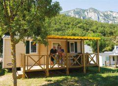 Un mobil home avec terrasse couverte dans le camping La Chataigneraie à agos Vidalos