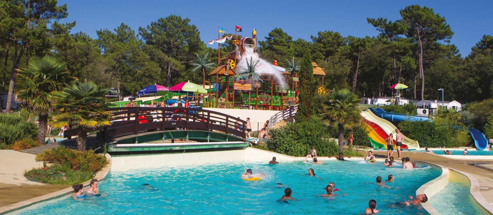 Le parc aquatique avec toboggans dans e camping Côte d'Argent à Hourtin