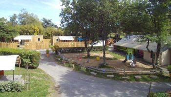 L'aire de jeux et les mobil homes du camping L'étang du Pays blanc à Guérande