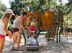 L'aire de jeux pour enfants dans le camping Les Floralies à Dolus d'Oléron