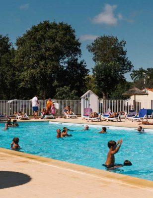 La piscine chauffée dans le camping Les floralies à dolus d'oléron