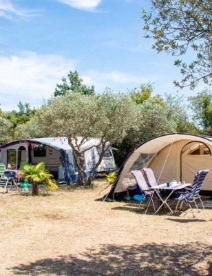 Les emplacements de camping pour tentes dans le camping International à Aups