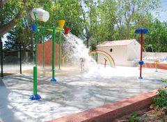 Les jeux aquatiques pour enfants près de la piscine dans le camping Les Jardins de Tivoli au Grau du Roi