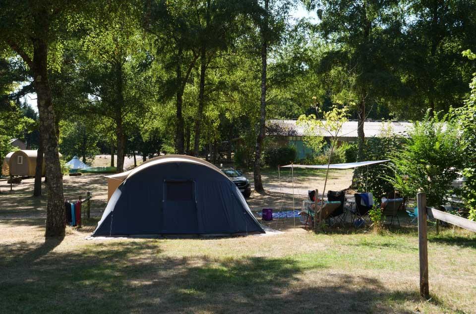 Un emplacement de camping pour tente du camping Lac de Miel à Beynat