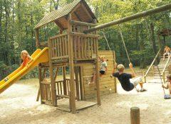 L'aire de jeux pour enfants dans le camping La Mignardière à Ballan Miré