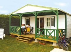 Un chalet avec terrasse dans le camping La Mignardière à Ballan Miré