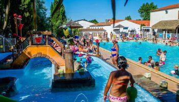 Vue sur la piscine chauffée du camping Airotel Oléron