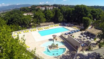 La piscine chauffée dans le camping Parc Bellevue à Cannes