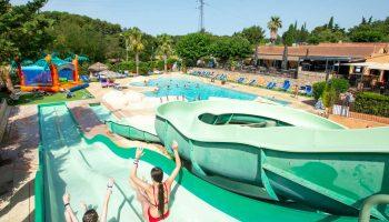 Le parc aquatique avec toboggans dans le camping Mas de Pierredon à Sanary sur Mer