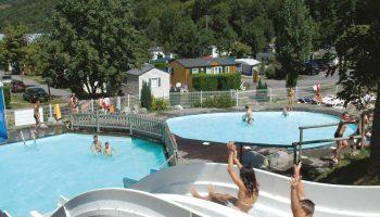 Les piscines et le toboggan du camping Airotel Pyrénées