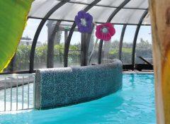 La piscine couverte dans le camping Raguenes Plage à Nevez