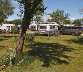 Un emlacement de camping dans le camping Les roquilles à Palavas les Flots