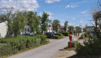 Les allées de locations de mobil homes dans le camping Les roquilles à Palavas les Flots