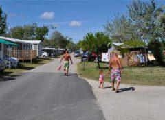 Une allée dans le camping Les roquilles à Palavas les Flots