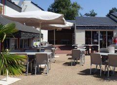 La terrasse du restaurant dans le camping La roseraie à La Baule