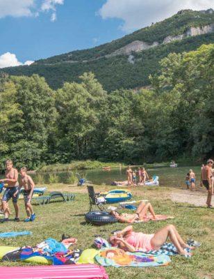 Le bord de rivière au camping Saint Lambert à Millau