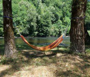 La détente en bord de rivière du camping Au Soleil d'Oc