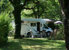 Un emplacement de camping pour camping car au camping Au Soleil d'Oc