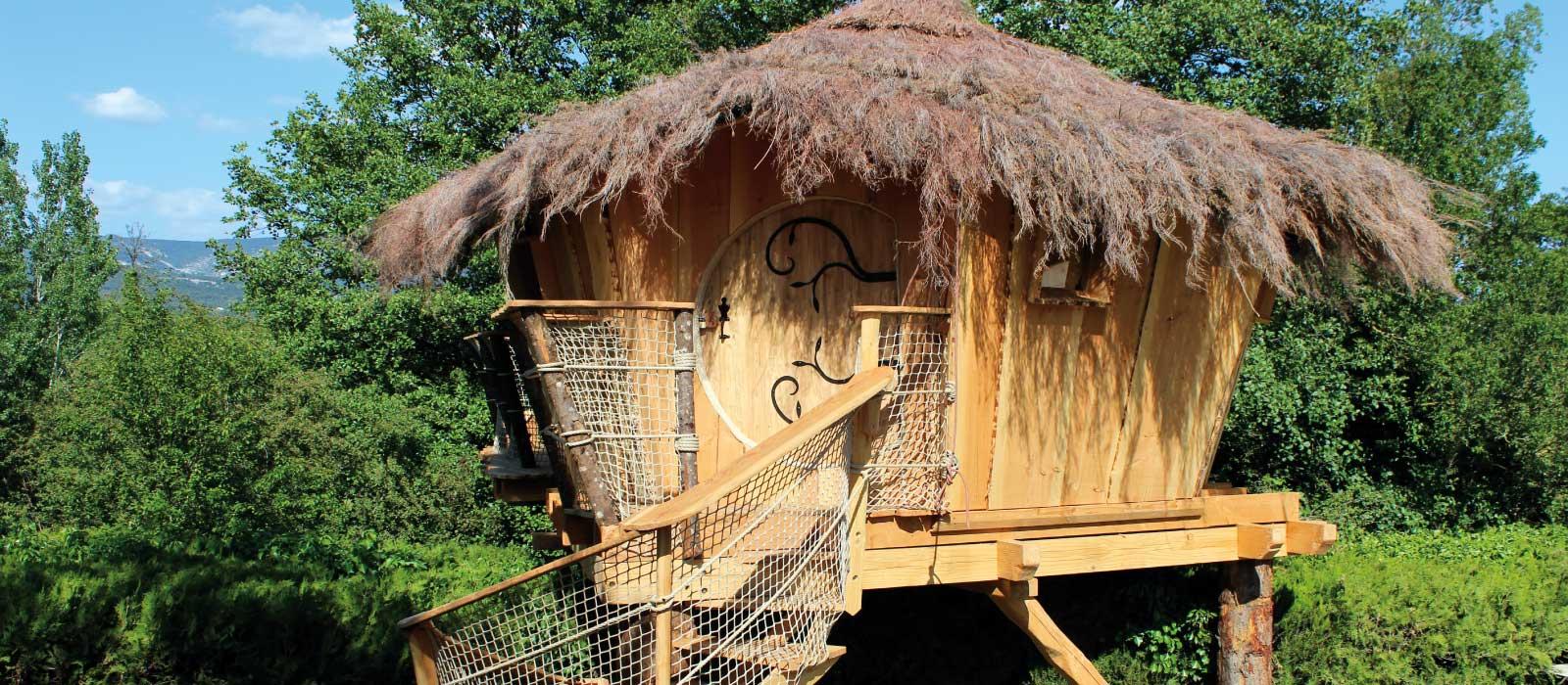 Un hébergement insolite (cabane perchée) dans le camping La Sorguette à L'Isle sur la Sorgue