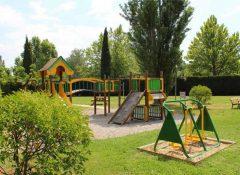 L'aire de jeux pour enfants dans le camping La Sorguette à l'Isle sur la Sorgue