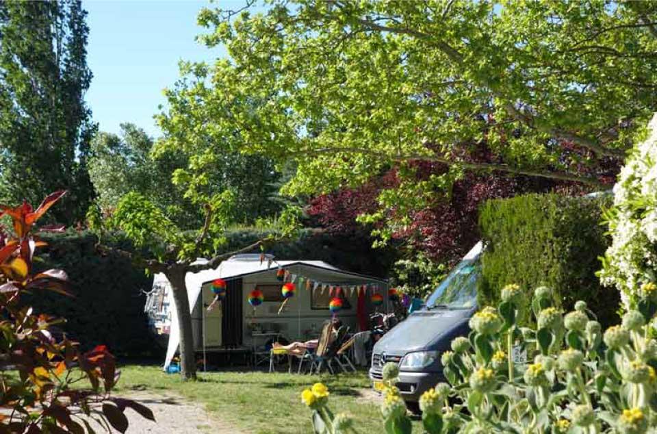 Un emplacement dans le camping La Sorguette à l'Isle sur la Sorgue