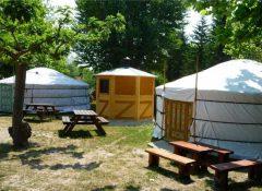 Les hébergements insolites (yourtes) dans le camping La Sorguette à l'Isle sur la Sorgue