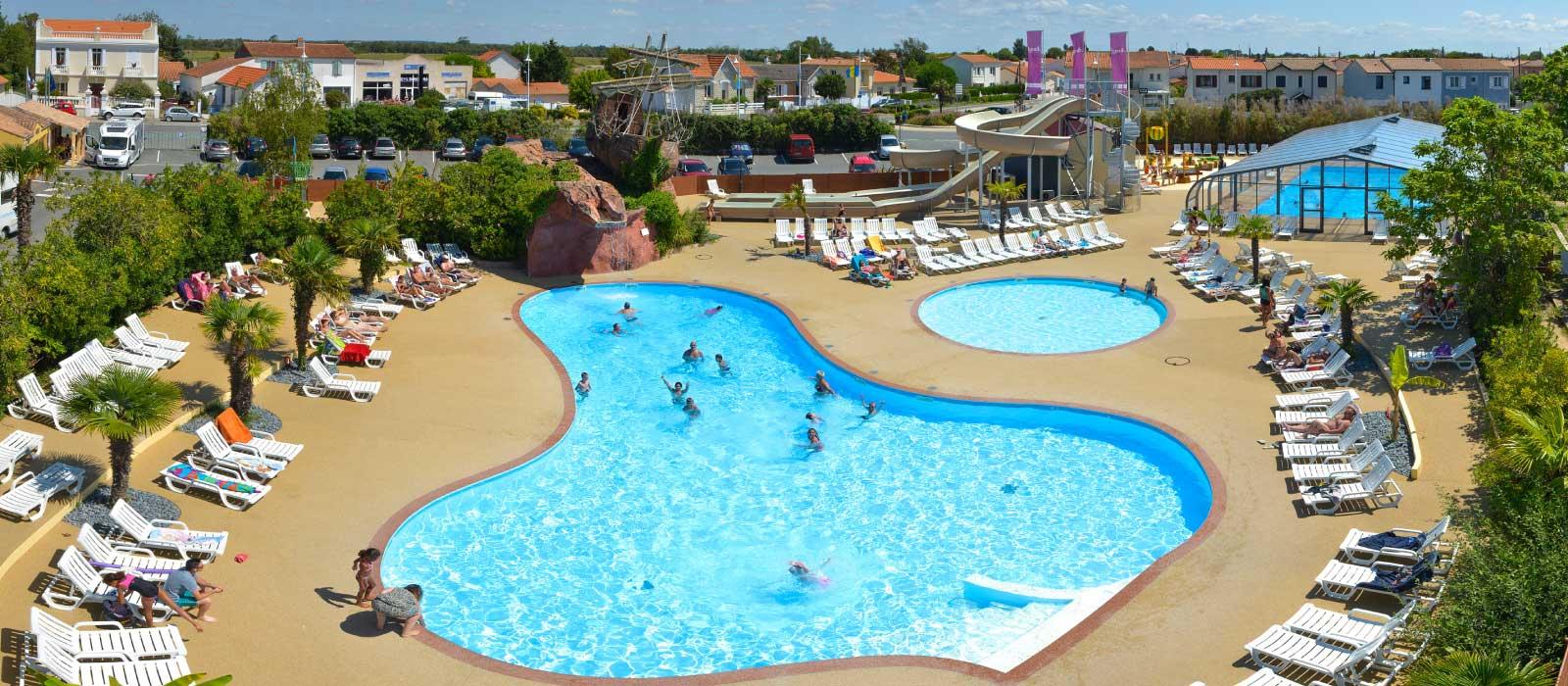 Le parc aquatique avec toboggans dans le camping Le Village Corsaire à Chatelaillon Plage