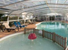 La piscine couverte dans le camping Bord de Mer