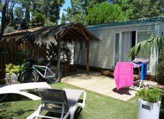 Un mobil home avec terrasse extérieure dans le camping Le Soleil à Argeles sur Mer