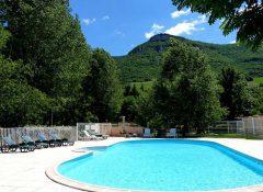 La piscine au pied des falaises dans le camping Saint Lambert à Millau