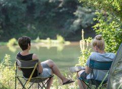 Un emplacement en bord de rivière dans le camping Saint Lambert à Millau